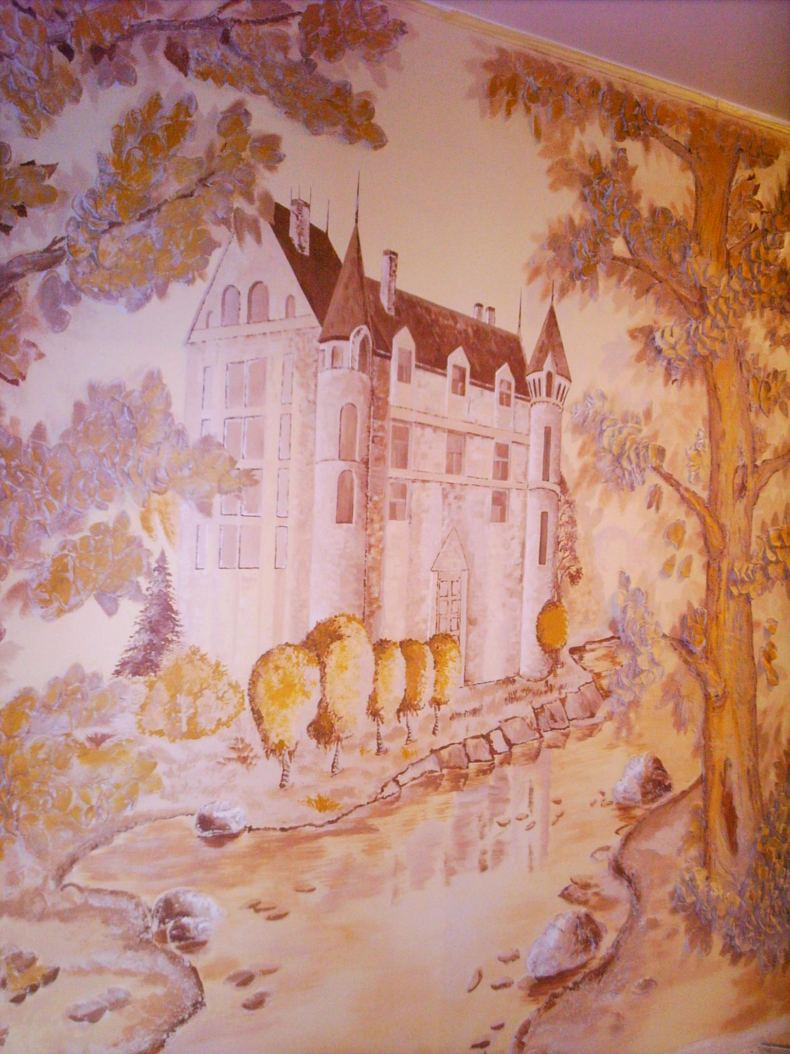Роспись стены с барельефом
