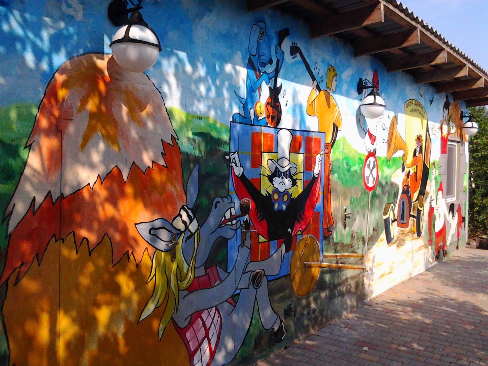 нарисованные кистью на стене мультики